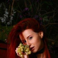 девушка  с виноградом :: Любовь Потравных