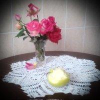 осенние розы и яблоко.... :: Галина Pavel
