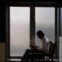 Читающий мужчина в метро :: Ilona An