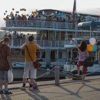 Как провожают пароходы... :: Андрей Шаронов