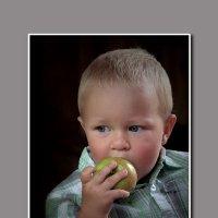 Мальчик с яблоком :: Юрий Морозов
