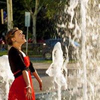 девочка и фонтан :: сергей