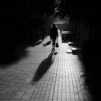 Всего лишь тень на тротуаре :: Юрий Морозов
