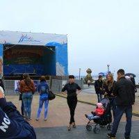 Поем и танцуем, несмотря на пасмурную погоду и морось! Настоящий ДВ характер. :: Нина Борисова