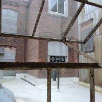 окно с видом во внутренний дворик :: инна линов