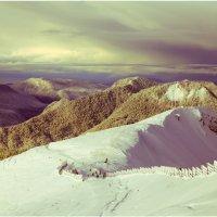 Холмы пахнут снегом :: Максим Гололобов