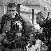 Довольный и напряженный спасатели :: Юлия Уткина