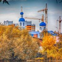 Свято-Никольский храм на фоне города :: Людмила Н