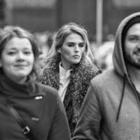 Лицо в уличной толпе :: Александр Степовой