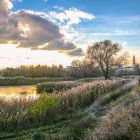 Осенний вечер у пруда............ :: Александр Селезнев