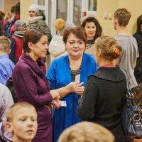Люди перед входом в концертный зал :: Сергей Черепанов