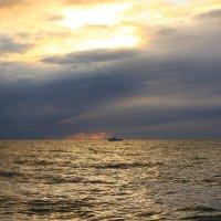 Закат после пасмурного дня :: valeriy khlopunov