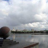 Каменный шар, расположенный на Октябрьской площади на набережной реки Исеть :: Елена Павлова (Смолова)