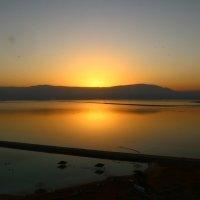 Рано утром на Мертвом море, солнце встает из-за гор Иордании :: vasya-starik Старик