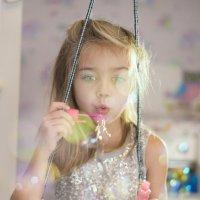 Игра с мыльными пузырями на качелях. :: Михаил Онипенко