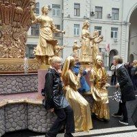 Статуи    тоже   любят   фотографироваться :: Мила