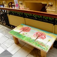Детские рисунки на скамейках в ГУМе. :: Елена