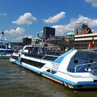 Прогулочные судна в порту Гамбурга :: Nina Yudicheva