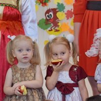 Девушки с яблоками. :: A. SMIRNOV