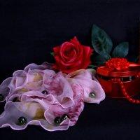 Натюрморт с розовым шарфиком :: Нэля Лысенко
