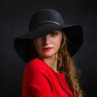 Портрет девушки в красном :: Анатолий Тимофеев
