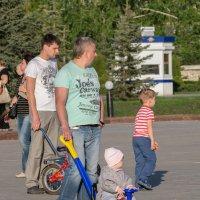 Отцы на прогулке с детьми. :: Сергей Исаенко