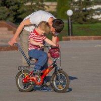 Сынок, не бойся, крути педали, я тебя держу. :: Сергей Исаенко