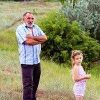 Дед с внучкой... :: Елена Зимина