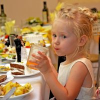 надо успеть попробовать тортика, пока все танцуют... :: Надежда Шемякина