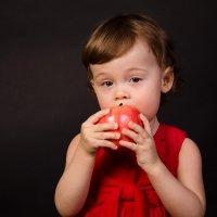 Девочка с яблоком. :: Алексей Попов