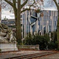 Скульптурная композиция на фоне современного торгового центра :: Witalij Loewin