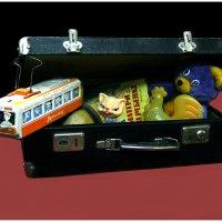 В старом чемодане памяти не тесно, В маленьком чулане там хранится детство. :: юрий