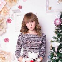 Девушка с мишкой у ёлки :: Valentina Zaytseva