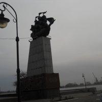 Визитка города - памятник первому   кораблю построеному на верфи :: Галина