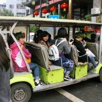 Городской автобус в Фэнхуане. :: Николай Карандашев