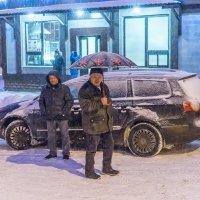 Под снегопадом при зонтике :: Игорь Герман