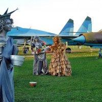 Авиафестиваль в Коротиче. С полётов дамы возвращались... :: Александр Резуненко