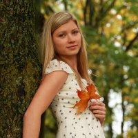 Девушка с кленовым листом :: Sandijs Bruders