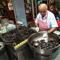 Уличная еда Стамбула. Продавец фаршированных мидий :: Ирина Лепнёва
