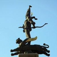 Скульптура наверху монумента на площади Республики, г. Алма-Ата :: Асылбек Айманов