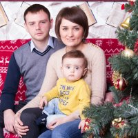 Семья у ёлки на диване :: Valentina Zaytseva
