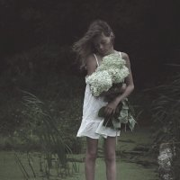 Girl carries flowers :: DewFrame Илья Ягодинский