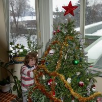 Наш 5-летний внук взял в свои руки украшение ёлочки... :: Юрий Поляков