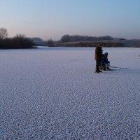 А  бывает вот  такая  красота....!!! Зимний  пейзаж с рыбаками.... :: Валерия  Полещикова