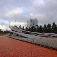 Памятный знак морякам-балтийцам на фоне Дома Советов :: Маргарита Батырева