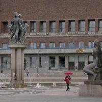 Скульптуры перед задним фасадом ратуши в Осло :: Александр Рябчиков