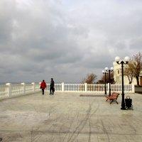 На набережной Высокий берег :: Нина Бутко