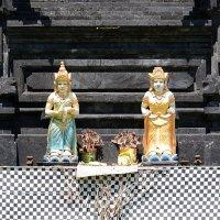 Фигурки с жертвоприношениями у основания храма :: Асылбек Айманов