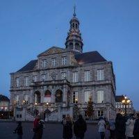 Вечером в Маастрихте, Голландия, Ратуша :: Witalij Loewin