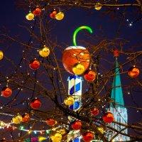 нарядные деревья на Красной площади. :: Валерий Гудков